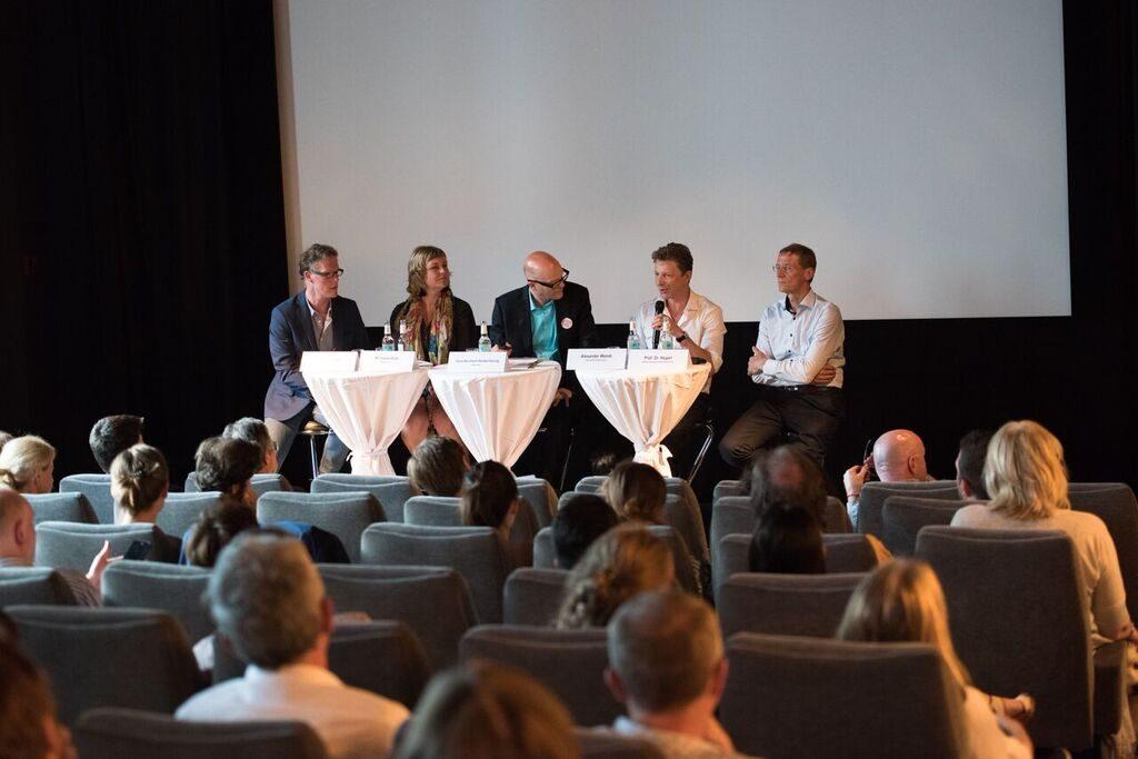 Die Filmautoren Axel Schmidt und Michaela Kirst (links), Alexander Wendt und der Vorsitzende der Stiftung Depressionshilfe Ulrich Hegerl diskutieren nach der Filmvorführung in Berlin.